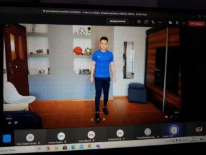 Na zdjęciu widać kadr z filmiku promującego zdrowy styl życia, na którym widać naszego studenta z kierunku Wychowanie Fizyczne.