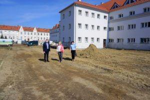 Na zdjęciu Władze Uczelni stoją przed remontowoanym budynkiem.