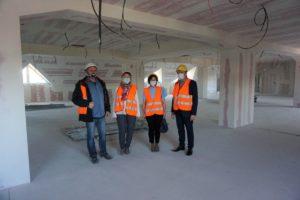 Na zdjęciu Władze Uczelni wraz z Kierownikiem budowy stoją w środku remontowanego budynku.