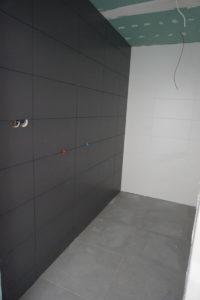 Na zdjęciu widać efekt położonych płytekna scianie i podłodze w łazience.