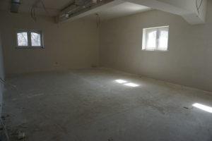 Na zdjęciu widać wygipsowaną ścianę w jedenj z przyszłych sal wykładowych.