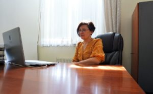 Na zdjęciu Pani Prorektor ds. Nauczania i Rozwoju dr Katarzyna Wadoń Kasprzak, który siedzi przy swoim biurku i patrzy w laptopa.