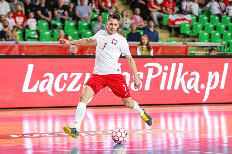 Na zdjęciu absolewnt naszej Uczelni Mikołaj Zastawnik, który kopie piłkę.