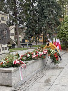 Prorektor ds. Nauczania i Ogólnych dr Katarzyna Wadoń-Kasprzak składa wiązankę na płycie Grobu Nieznanego Żołnierza na pl. Tadeusza Kościuszki w Oświęcimiu