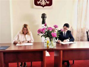 JM Rektor MUP Oświęcim dr Sonia Grychtoł, prof. MUP oraz dr Łukasz Cieślik, Dyrektor Małopolskiego Centrum Doskonalenia Nauczycieli podpisujący porozumienie o współpracy