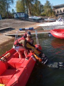 Studenci kierunku Ratownictwa medycznego wyciągają z wody na łódkę studenta symulującego poszkodowanego.