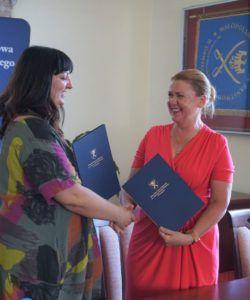 Na zdjęciu JM Rektor wraz z p.o. Dyrektora Szpitala podają sobie dłonie i przekazują podpisane porozumienia.