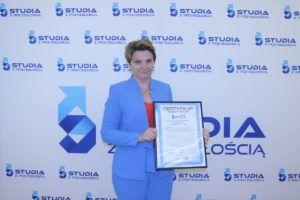 Na zdjęciu dr Wiesława Kołodziej trzymająca w ręku otrzymany certyfikat.