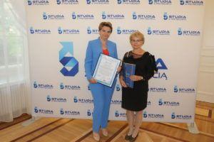 Na zdjęciu dr Wiesłąwa Kołodziej oraz dr Kornelia Wac, które trzymają w rękach otrzymany certyfikat oraz dyplom.