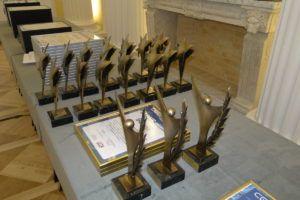 Na zdjęciu na stoliku stoją ułożone stutetki i dyplomy dla laureatów konkursu.