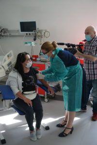 Na zdjęciu znajduje się JM Rektor MUP Oświęcim wykonuje szczepienie absolwentce Uczelni.