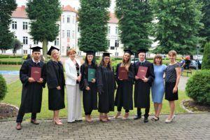 Na zdjęciu 6 absolwentów z kierunku Dietetyka wraz z Panią Dyrektor Instytutu Nauk o Zdrowiu oraz promotorkami prac dr Anną Kościej i dr Anetą Kościołek pozują do zdjęcia na tle budynku Collegium Primum.