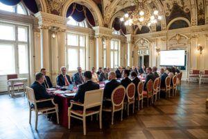 Na zdjęciu przedstawiciele Województwa Małoplskiego wraz z rektorami 14 uczelni wyższych siedzą przy stole w Foyer (Sali Lustrzanej) Teatru im. Juliusza Słowackiego w Krakowie
