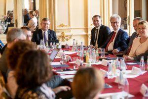 Na zdjęciu widać Marsząłka Województwa Małopolskiego i siedzących koło niego rektoró szkół wyższych.