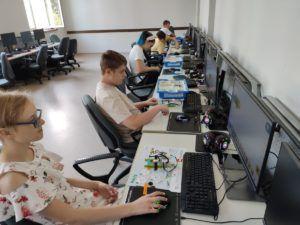 Mlodzież siedzi przy komputerach w trakcie zajęć technicznych