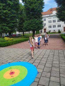 Dzieci bawią się na dziedzincu