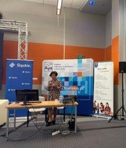 Na zdjęciu Prorektor ds. Nauczania i Rozwoju przedstawia prezentację.