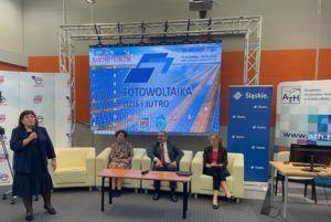 Na zdjęciu znajdują się: Pani Prorektor wraz z dwoma prelegentami konferencji siedzą na sofach w sali konferencyjnej.
