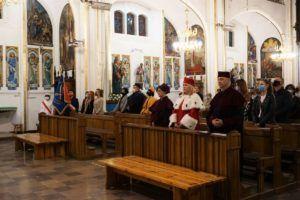 Władze Uczelni wraz z postałymi wiernymi uczestniczą we Mszy Świętej w Kościele